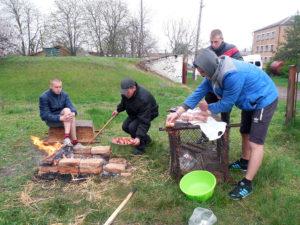 Співробітники Макіївського ПУСР ім. А.С.Макаренка влаштували пікнік своїм підопічним до Великодня